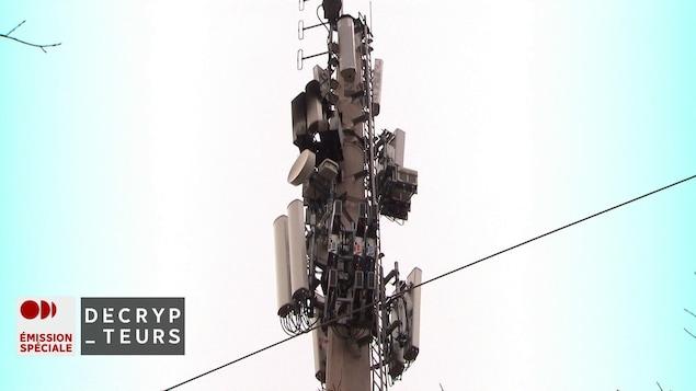 On voit une tour de télécommunication