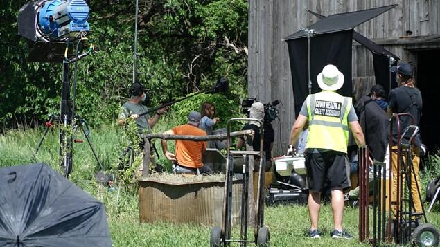 Une équipe de tournage télévisuel au travail en extérieur.