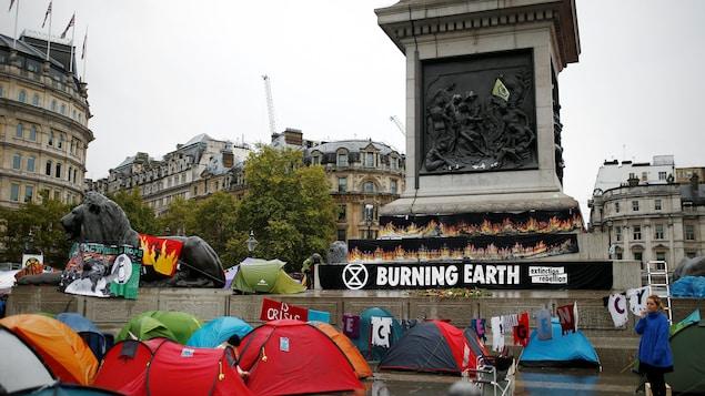PLusieurs tentes sont visibles avec des pancartes soulignant l'urgence d'agir pour la protection du climat.