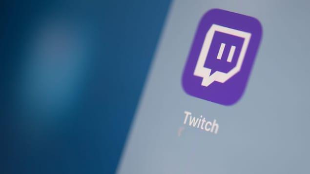 L'icône de l'application mobile de Twitch sur un écran de téléphone.