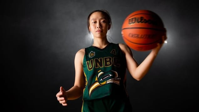 Une joueuse de basketball porte l'uniforme des Timberwolves de l'UNBC.