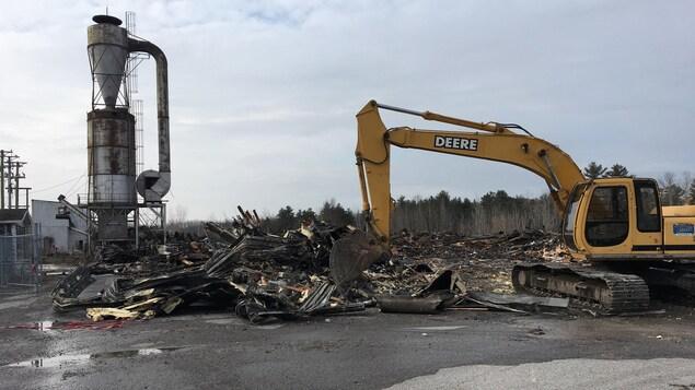 Un violent incendie suspect ravage une usine gatineau for Porte et fenetre mauricie