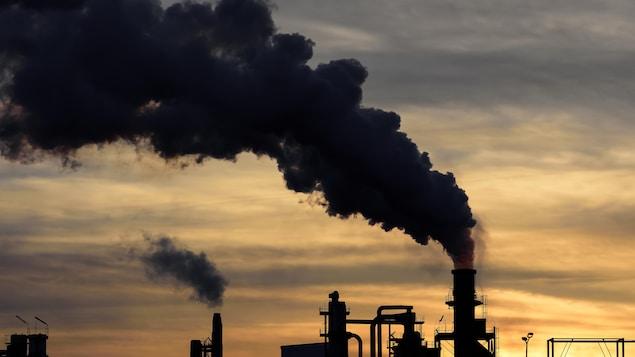 Un nuage de pollution est dégagé par une cheminée d'usine.