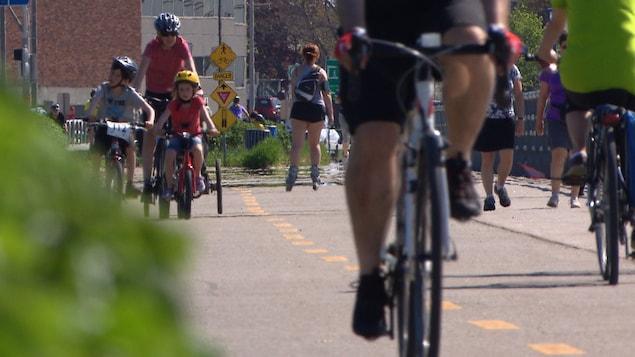 De nombreux usager profitent de la piste cyclable.