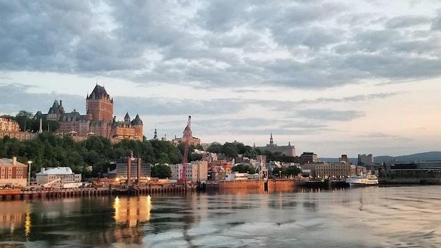 La ville de Québec vue d'un paquebot sur le Saint-Laurent.