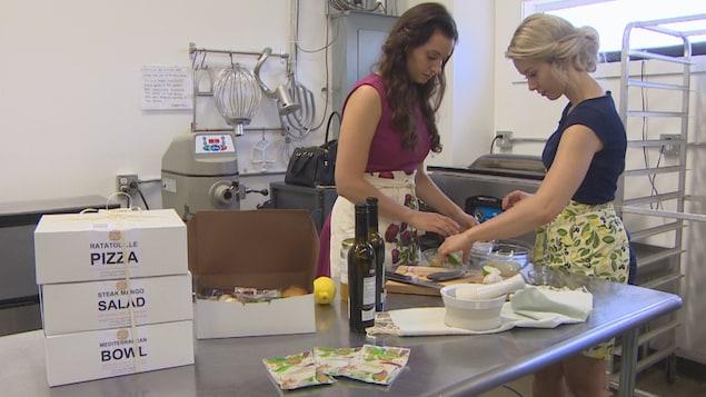 Catherine et Annie sont dans une cuisine et préparent une sauce.