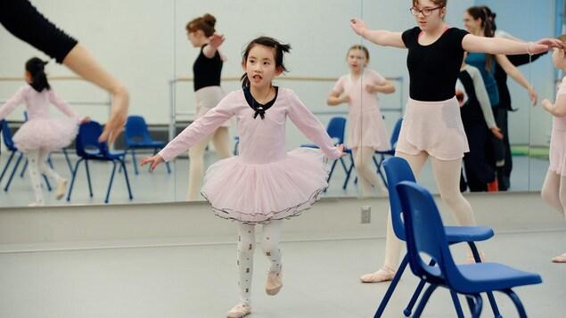 Des jeunes filles font du ballet.