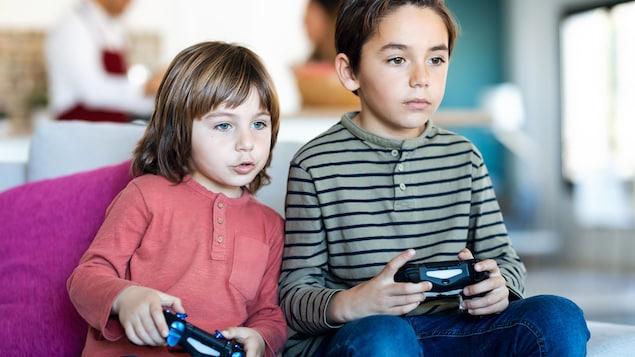 Deux enfants jouent aux jeux vidéos