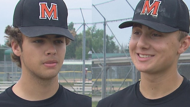 Deux garçons, avec une casquette de baseball sur la tête. C'est un photomontage.