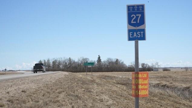 L'autoroute 27, en direction de l'est, joint les communautés fransaskoises de Vonda et Prud'homme.