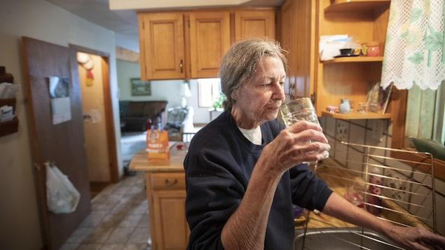 Cynthia Hanna boit de l'eau directement du robinet.