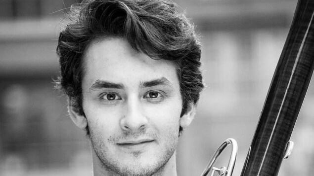 Antoine St-Onge pose avec un basson dans les mains.