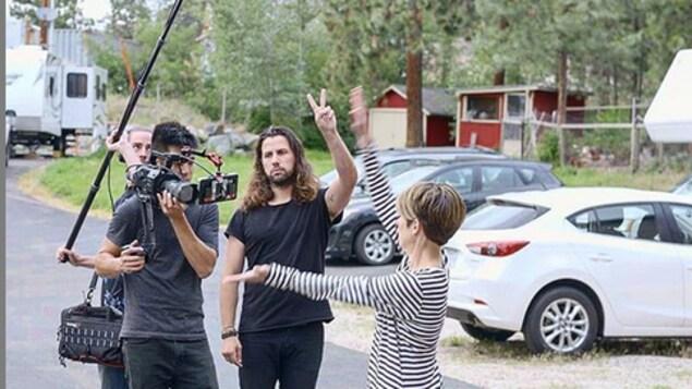 Une petite équipe de tournage en action.