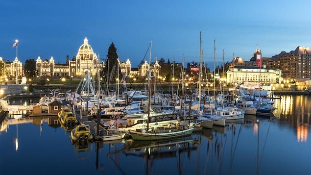 Vue de nuit sur le port et le parlement illuminés à Victoria