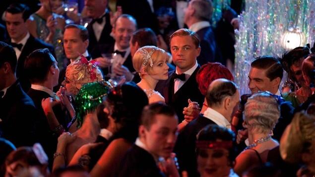 Carey Mulligan et Leonardo DiCaprio dansent au milieu d'une foule sur cette photo du film <i>Gatsby le magnifique</i> (2013).