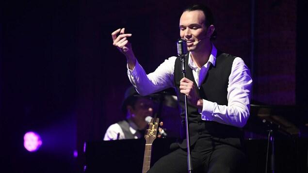 Scène du spectacle avec le chanteur sur une scène.