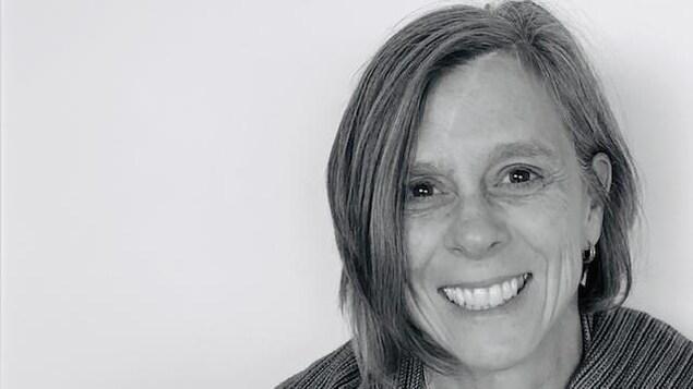 Une femme sourit