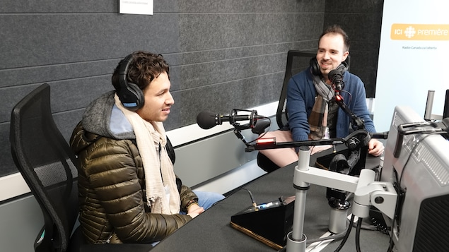 Deux hommes, dans un studio de Radio-Canada
