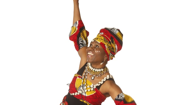 Une femme africaine pose en costume traditionnel