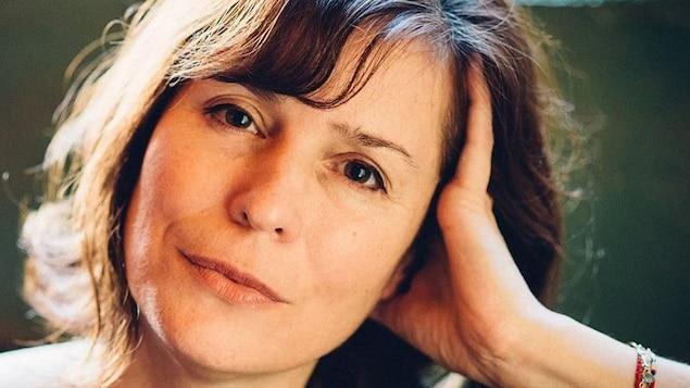 Portrait en gros plan de Dominique Fortier