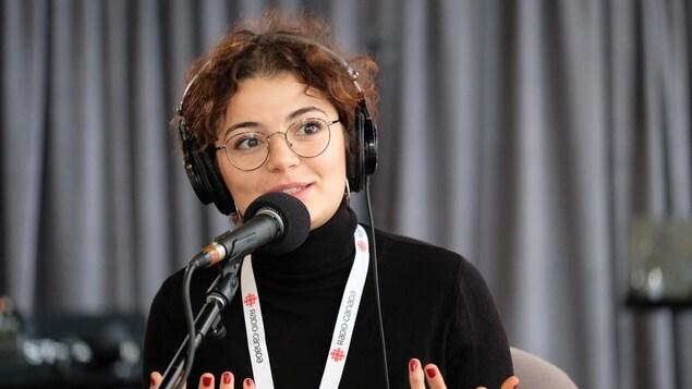 Une femme devant un micro