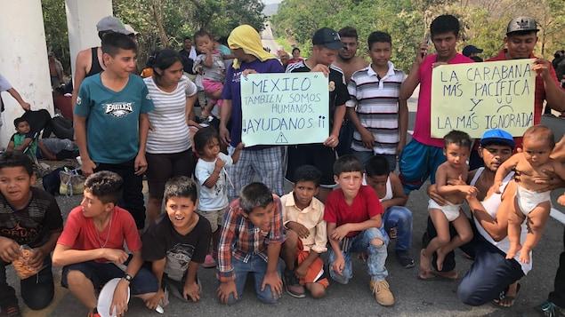 Des migrants, hommes, femmes et enfants au bord de la route, près de Tapachula au Mexique