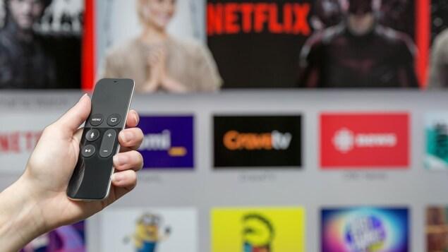 Une personne s'apprête à visionner un contenu sur son téléviseur intelligent.