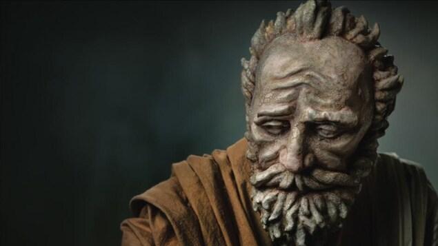 Une marionnette d'un vieil homme barbu.