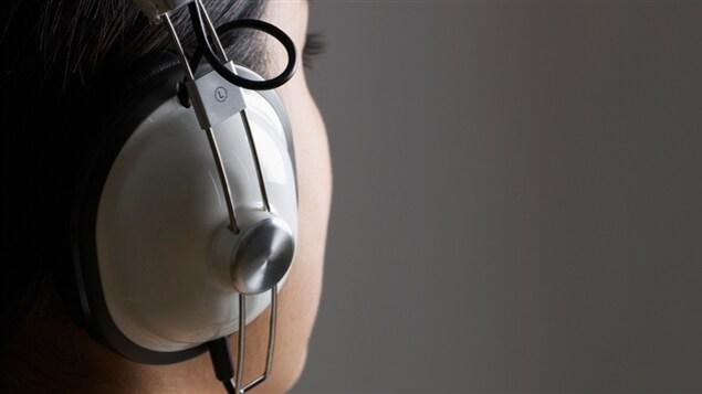 Une femme écoute de la musique avec des écouteurs