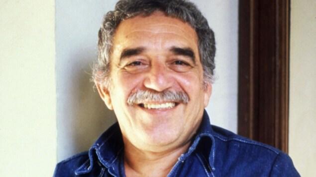 L'auteur colombien Gabriel Garcia Marquez sourit à la caméra en 1982.
