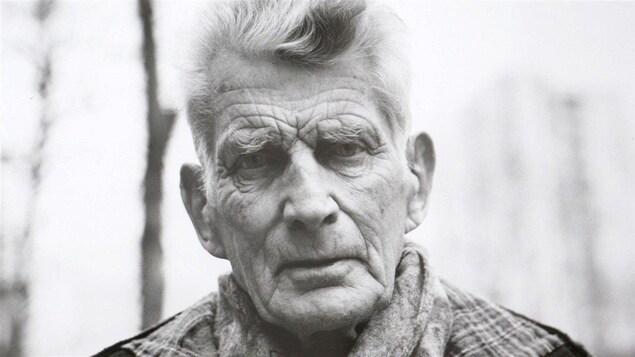 Photo en noir et blanc d'un vieil homme qui regarde la caméra.