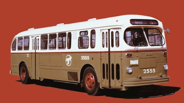 La couverture de l'essai <em>C'était au temps des mammouths laineux</em>, de Serge Bouchard, représentant un vieil autobus sur fond rouge