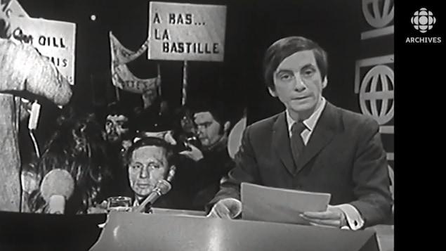 L'animateur Gilles Moreau présente le compte rendu de Gaétan Montreuil sur la manifestation pour franciser l'Université McGill.
