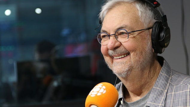 Michel Tremblay dans un studio de radio.