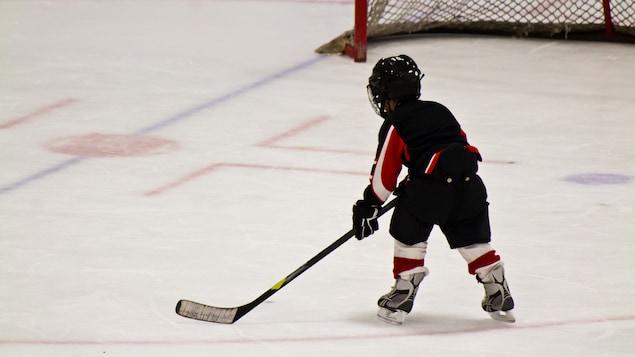 Un enfant jouant au hockey