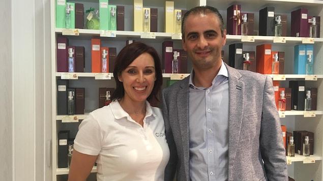 Luciano Domingues et Carla Pereira dans leur boutique de parfum à Bulle, en Suisse.