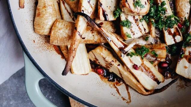 Des panais rôtis dans un grand plat.