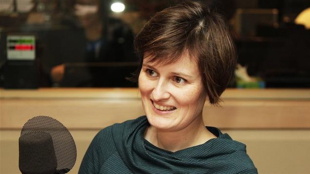 La dramaturge Anne-Marie Olivier en studio, devant un micro.