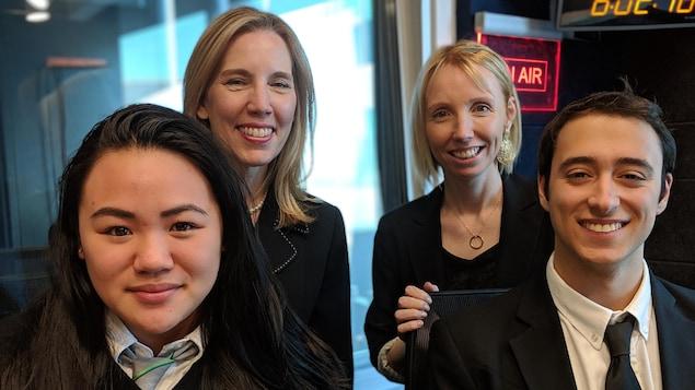 Deux élèves, l'enseignante et la directrice de l'école pose dans le studio de Radio-Canada
