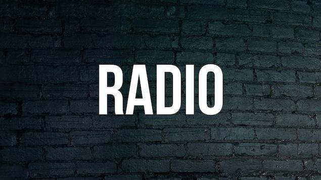 Mot Radio avec arrière-plan de brique bleue foncée.