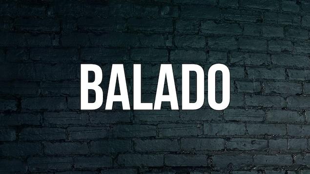 Mot Balado avec arrière-plan de brique bleue foncée.