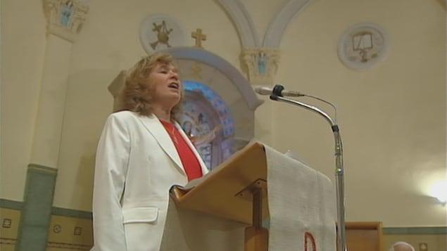 Edith Butler chante dans l'église de Paquetville.