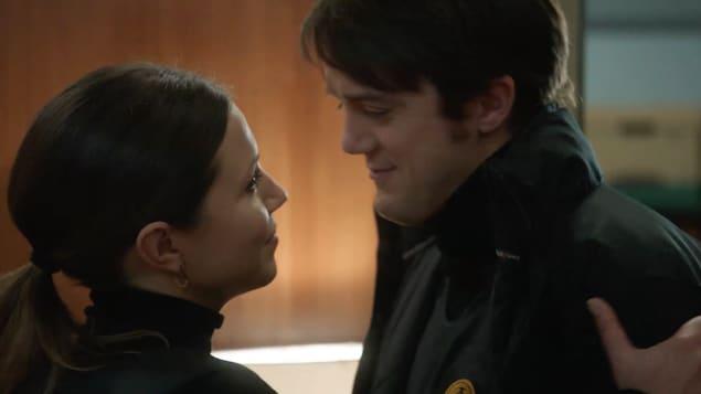 Nadine tient Patrick par l'épaule en le regardant dans les yeux.