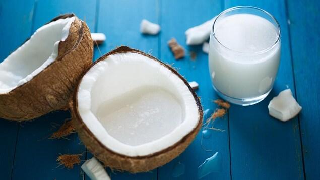Du lait de coco dans un verre provenant d'une noix de coco