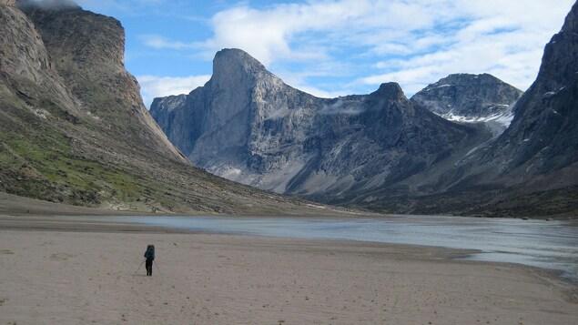 Une personne marche vers le mont Thor.
