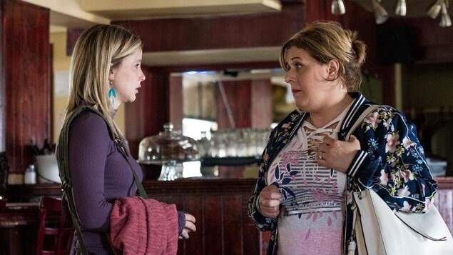 Les actrices Valérie Blais et Juliette Gosselin dans un restaurant utilisé pour le tournage de la série Fragile.
