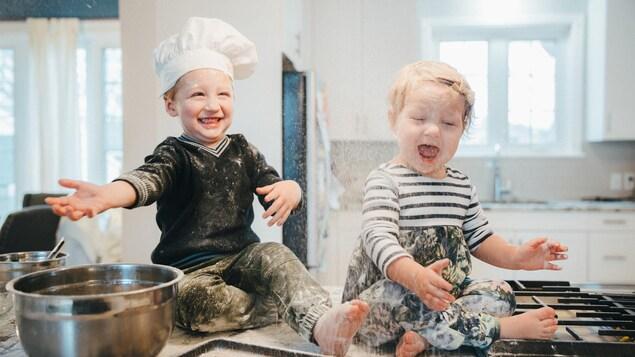 Un garçon incite sa jeune soeur à mettre le bordel dans la cuisine familiale.