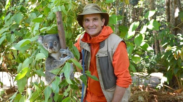 Il pose avec un koala