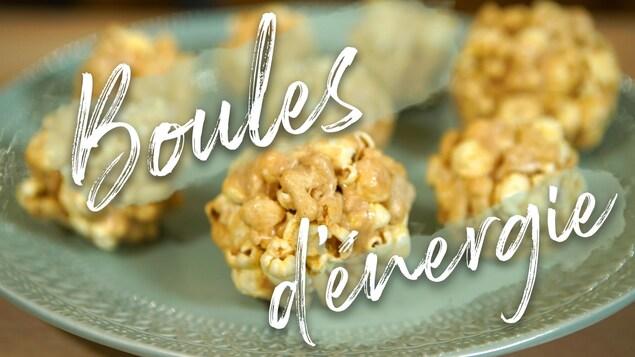 Collation de guimauves et maïs soufflé sur une assiette.