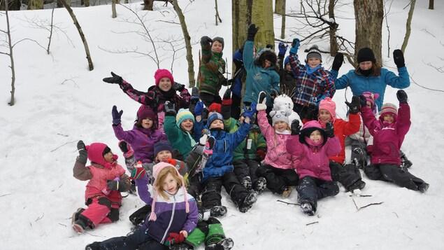 Un groupe d'enfants s'amuse dans la naige